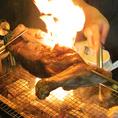 羊の丸焼きは背中と足の2種類の部位を選べます。さらに足の丸焼きはボリュームに合わせて前足と後ろ足をご用意。炭火でじっくり炙られた香ばしいかおりが食欲を刺激すること間違いなし!醤油ベースの味付けをされたお肉は、セットで付く自慢のスパイスとコチュジャンでより美味しさがアップします!