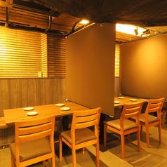 <4名テーブル席×3卓>簾で仕切れるので、大切な方とのお食事もゆっくりとお寛ぎください◆※感染症対策万全です。隣のお席が直接見えないので、雰囲気もGOOD!