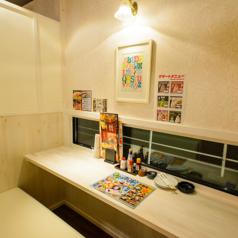 女子会ルーム〉白を基調としたお洒落な空間。女性だけの飲み会も周りを気にせず楽しめます!