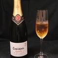 ワインも各種取り揃えております。【コドーニュ クラシコ・セコ】スペイン王室御用達ワイナリーとなっているコドーニュ。伝統品種由来の柑橘系フルーツや瓶熟成由来のアーモンドの香りが繊細な泡とハーモニーを奏でます。