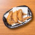 魅惑の名古屋飯★【手羽先唐揚げ(3本)】551円甘辛のスパイシーな味付けが付いたパリパリの皮と、ジューシーな肉はビールとの相性抜群で何本でもいけちゃう!食べ方はひとそれぞれ!話のネタにも使えます。名古屋といえば手羽先唐揚げでしょ!