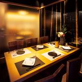 6名掛けのテーブル個室です。竹林の壁紙に囲まれた落ち着いた雰囲気の個室は、接待・合コン・女子会・誕生日会などのプライベートなシーンにおすすめです。