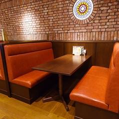 【2階ソファー席】2階メインフロアには両側がソファー仕様のボックス席タイプのお席、片側がソファー仕様のテーブル席を多数ご用意。女性やご年配のお客様を中心に人気のお席となっております。小さなお子様をお連れの際も安心です。どうぞ皆様お誘い合わせの上、お気軽にご来店くださいませ。