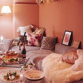 《PINKroom》ガーリーなお部屋は女子会にぴったり。お席指定の場合、個室料頂戴いたします。