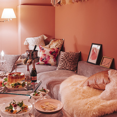 《PINKroom》ガーリーなお部屋は女子会にぴったり。床がカーペットになっているので、お子様連れの女子会でも利用可能。4名~10名様までご利用可能です。お席指定の場合、個室料頂戴いたします。