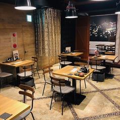 メインとなるテーブル席は4名様掛け。お料理が映える照明配置になっています。2名様~3名様をメインとしてお使いいただけます。