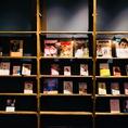 100冊以上の本をご用意。小説だけではなく、漫画や雑誌など種類もジャンルも問わず取り揃えております!