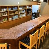 目の前で調理が見れるカウンター席は、料理やドリンクの美味しさ倍増です! [炉端焼き/酒/宴会/飲み放題/魚/魚介/野菜/炭火/会社宴会/飲み会/個室/座敷/米子駅]