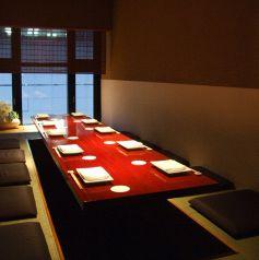 和のしつらえの落ち着いた個室。最大12名様まで収容可能です。接待や顔合わせなどにも最適です。