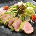 料理メニュー写真合鴨のロースとアボガドのサラダ仕立て