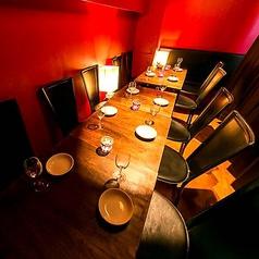 モニター付きテーブル席!8~20名まで大人の落ち着いたバルテーブルを完備。