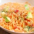 料理メニュー写真エビとアボカドのトマトクリームソース