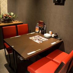 完全に区切られたテーブル席はお客様の大切なプライベート空間を演出します。