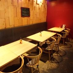 【店内奥のテーブル席】奥の空間は外や周りを気にせずお楽しみいただけます。
