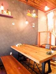 木のぬくもりを感じるウッド調のテーブル席。テーブル毎の間隔も十分確保されているのでゆったりくつろげます。