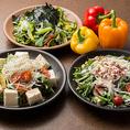 【市場から届いた新鮮なお野菜をそのままお客様へ】市場から新鮮な野菜をお店へ♪♪当店ではお値段を気にせず沢山食べて頂きたい!もちろんお野菜もたくさんとって欲しい!との気持ちを込めて~、シャキシャキっと食感も楽しめる新鮮野菜のサラダをご用意しました。