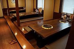 シニアにも嬉しい!足が疲れない掘りごたつタイプのお座敷!4~8名様のテーブル席もございます。
