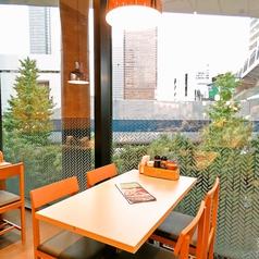 解放感あるテーブル席。お席同士の感覚もしっかりと保っているので、ご安心ください。
