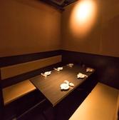 近隣が職場のお客様から根強い人気のある団体個室。60名様まで対応可能な扉付きの個室。周りのお客様のことをお気になさることなくお食事が可能!!司会進行や掛け声なども個室なので問題なし◎このお席は近隣の会社の方々の宴会でも大変重宝されております。悠助新宿是非この機会にご利用ください《悠助新宿 個室居酒屋》