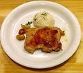 料理メニュー写真鶏もも肉のグリル(ロシアンマッシュポテト付) Жареное куриное бедро