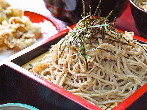 地元産と北海道産のそばの実をほどよくブレンドした本格手打ちそばが食べられるお店。