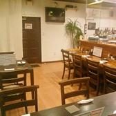 テーブル席は4名掛け。ご友人や仕事仲間と賑やかに、時にしっぽりと、お楽しみいただけます。また、貸切は6名様~14名様でご利用可能です。