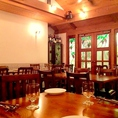 【4人掛けテーブル×8卓】デートやお友達との語らいに、ゆっくりと食事が楽しめる。