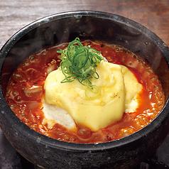 料理メニュー写真店仕込み豆富の石焼とろ~りチーズ麻婆