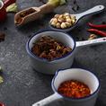 羊と兎の丸焼きには、スパイスとコチュジャンがセットで付きます。様々な素材が混ざり合った深みが、料理の味をより豊かにするスパイスは、香ばしい炭火焼きのお肉の美味しさをより一層引き立てます。コチュジャンと合わせるもよし、それぞれの味を楽しむもよし、自慢の調味料をご堪能ください。