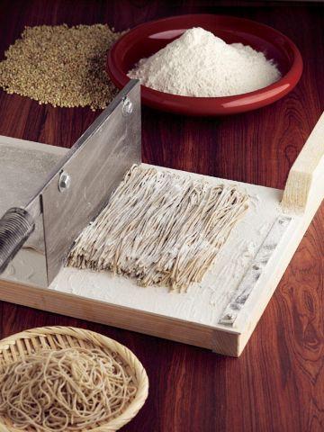 職人の手さばき…普通の立ち食い蕎麦とは一味違う!江戸時代から愛され続けています。
