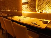 5~6名様テーブル、ベンチタイプの白ソファ