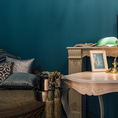 《BLUEroom》シックな装いの落ち着き有る空間。部屋にベットが置かれたくつろぎの部屋。3名~6名様までご利用可能。お席指定の場合、個室料頂戴いたします。