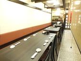 一階はテーブル席◎奥から6名掛け・4名掛け・6名掛けのテーブルがございます。
