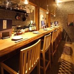 【1階】お一人様でも気兼ねなく過ごせるカウンター席は6名様まで。ちょいと一杯お酒でも・・・。思い立ったその時は旨い日本酒と肴を揃える八八(ぱちぱち)へご来店ください!