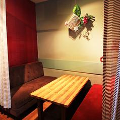 【3F】お二人の時間を大切に。カップルシートや個室になるソファ席。