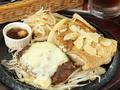 料理メニュー写真ガーリックチキン&チーズハンバーグ