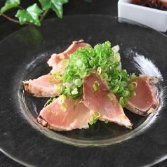料理メニュー写真炙りビンチョウマグロのカルパッチョ