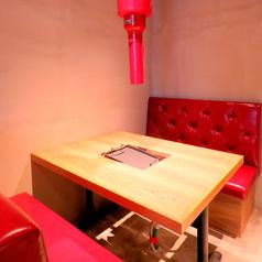 女子会や誕生日会などにおすすめのお洒落なテーブル席をご用意しております。SNS映え抜群の店内で楽しいひと時をお過ごしください。