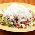 料理メニュー写真削りたてチーズのクラッシックシーザーサラダ・生ハムとフルーツトマトサラダ