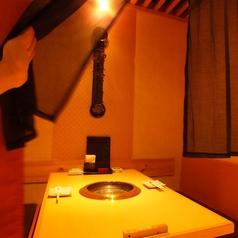 暖簾をくぐるとそこは個室空間1階:テーブル半個室