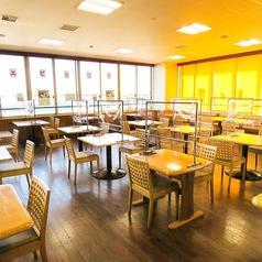 広い開放的なフロアなのでお隣とのテーブル間隔も広めに確保!※全席パーテーション設置、テーブルはアルコース消毒しております。