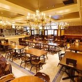 【2階テーブル席】レンガ調の壁とシャンデリアが優雅でおしゃれな空間。広々とした店内は開放感があり、4名様までご着席いただけるテーブル席が12卓ございます。ご友人との食事や職場の宴会など幅広くご利用ください。