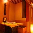 温かな照明が落ち着いた雰囲気を演出1階:テーブル半個室