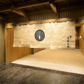 京橋駅直結の好立地。和を強調した広々とした踊り場は都会の喧騒を忘れさせてくれる、まるで京都を歩いているようなとても雰囲気のある空間となっております。お料理やお部屋だけでなく廊下などへの北大路のこだわりも是非お楽しみください。