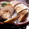 正真正銘三重県桑名産天然特大地はまぐりや、三重県各地の珍しい貝など豊富に取り揃えております。自慢の七輪焼きは目の前で、鮮度のいい獲れたての貝をお刺身で、名物のはまぐりしゃぶしゃぶは注文率95%以上!その目でその口でその胃袋で、三重の貝を堪能してください!最高にうまい地酒とともにお待ちしております!