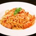 料理メニュー写真ベーコンとモッツァレラチーズのトマトパスタ