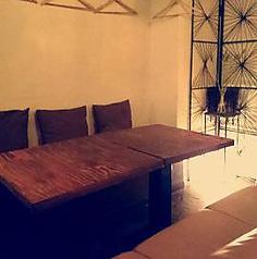 ゆったり使えるソファー対応の4人テーブル席!カフェメニューまで対応の飲み放題3時間もここならくつろげます♪