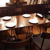 4名様掛けのテーブルです!14名様掛けの片側ソファー席のご用意も出来ます!