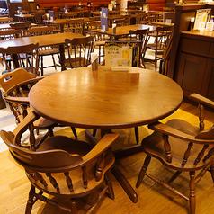 【2階丸テーブル】2階フロアの片隅には4名様までご着席可能な、丸テーブルのお席をご用意いたしました。角がないので小さいお子様も安心してご利用いただけます。ママ会やデートなど少人数に最適です。