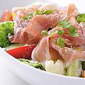 料理メニュー写真生ハムとゴロゴロ野菜のシーザーサラダ